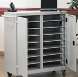 99552426 Wózek na laptopy z gniazdkami elektrycznymi, 2 drzwi, 16 półek (wymiary: 1060x920x500 mm)